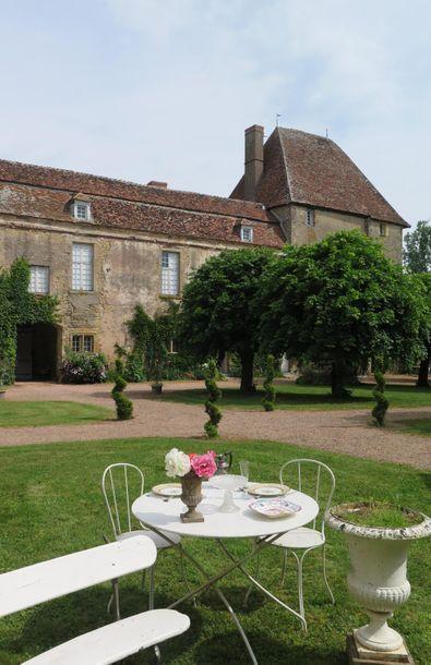 Important ensemble de mobilier de jardin, arts de la table et dinanderie provenant de la succession de Me B.E., Commissaire-Priseur