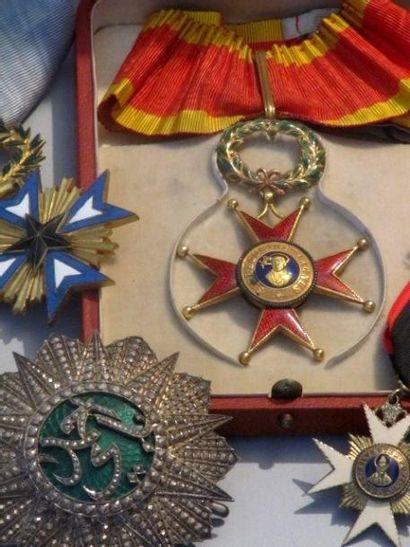 Ordres et décorations, cartes postales, tableaux, bijoux, mobilier et objets d'art