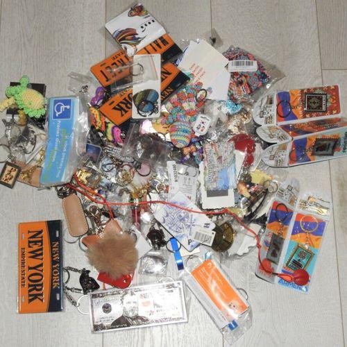 86 Lot de 140 pièces Porte clés, magnets, stickers différents modèles et motifs …
