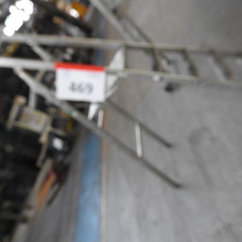 1 escabeau en aluminium 4 marches de marque ABA, hauteur de travail 2,50 mètres
