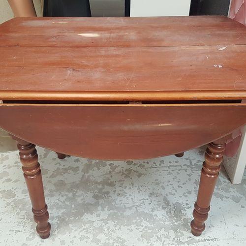 Table ronde en bois fruitier style Louis Philippe.