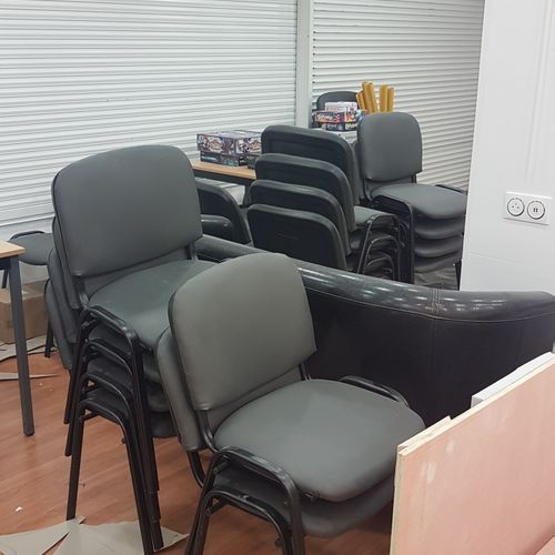 Quarante huit chaises visiteurs quadripode piétement métallique, assise simili c…