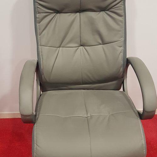 Fauteuil de bureau sur roulettes assise simili cuir gris. Les photographies ne c…