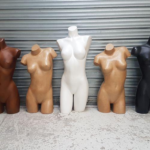 Mannequins bustes ou mi cuisse femme, en plastique ou carton bouilli de couleurs…