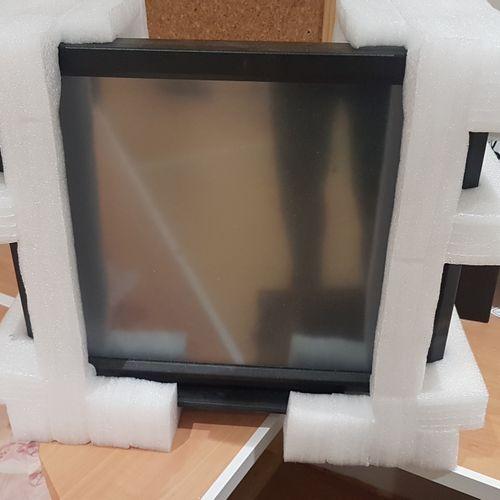 Deux écrans tactiles PROLITE LCD. Les photographies ne constituent pas les lots.