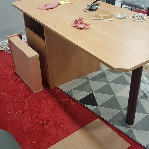 Bureau en bois mélaminé gris, un tiroir, une porte. Les photographies ne constit…