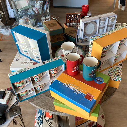 Stock de vaisselle comprenant : théières, mugs et divers. Les photographies ne c…