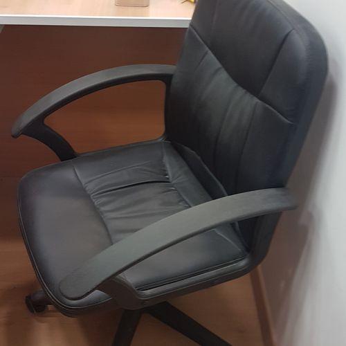 Fauteuil de bureau sur roulettes assise simili cuir noir. Les photographies ne c…