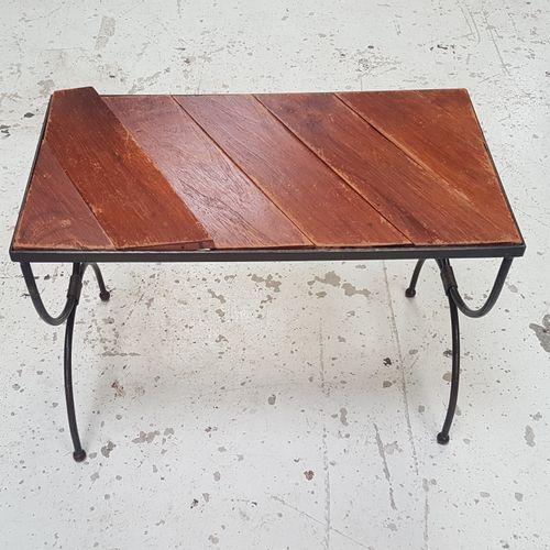 Table basse à plateau de bois et piètement métal.