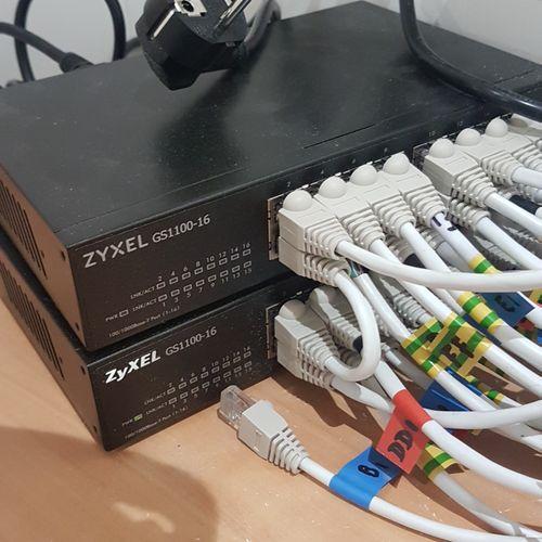 Deux boîtiers répartiteur réseau ZYXEL GS1100 16. Les photographies ne constitue…