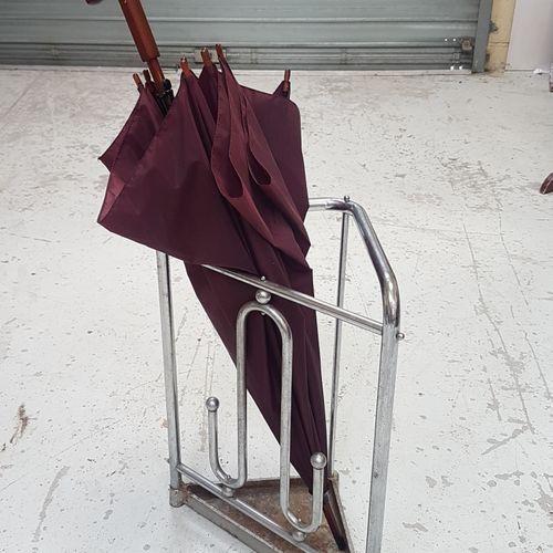 Porte parapluies design en métal chromé.