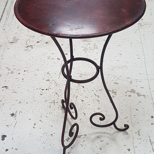 Petite table ronde en métal laqué.