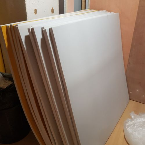 Important stock de plaques de mousse isolante et pare feu, planches de bois cont…