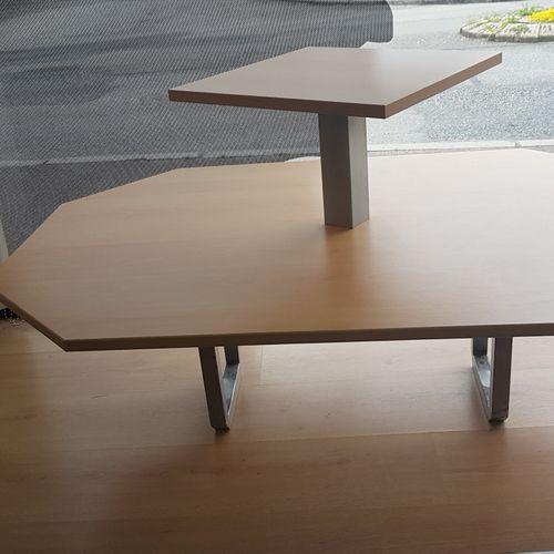 Deux tables basses de présentation à deux niveaux, piétement métallique et plate…