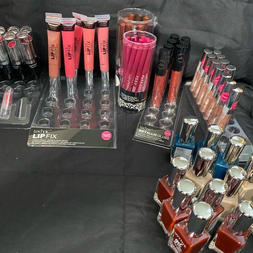 Lot de 300 pièces de cosmétiques neufs, vernis, rouges à lèvres, gloss, crayons …