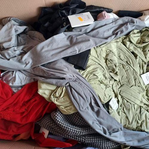 Lot de 80 vêtements neufs adultes