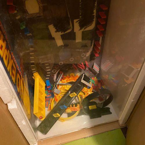 1 vitrine de demonstations avec jouets dedans