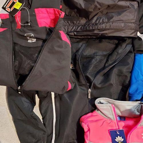 Lot de 23 pièces de vêtements de sports pour enfants