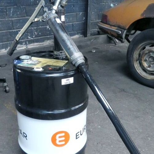 2 MANUAL SUBMERSIBLE PUMPS, A CAN OF ENGINE OIL IS ATTACHED TO IT. 1ER