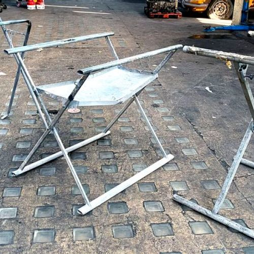 3 ADJUSTABLE TRESTLES IN GREY LACQUERED STEEL. APPROX 100 X 80 X 60 CM. 1ER