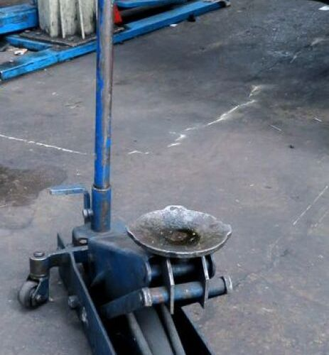 HYDRAULIC JACK IN BLUE LACQUERED STEEL. 1ER
