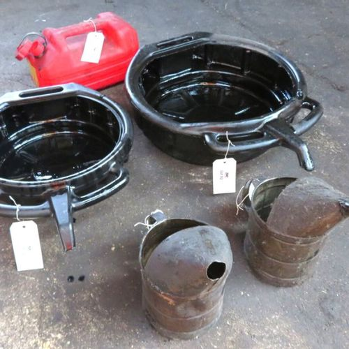 2 DRAIN TRAYS, 2 OIL PITCHERS AND 1 5 LITRE JERRY CAN. 1ER