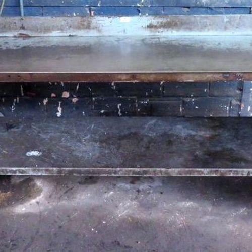2 STALLS. 1 STEEL WORKBENCH WITH SPACER. 97 X 201 X 75 CM. 1ST