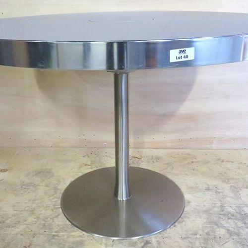 TABLE RONDE, PLATEAU EN BOIS LAQUE TAUPE ET CEINTURE CHROMEE AVEC TRAPPE PASSE C…