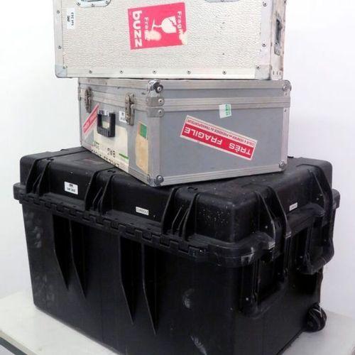 3 CAISSES DE TRANSPORT ET FLY CASE DONT 2 FLY CASES EN ALUMINIUM ET 1 CAISSE DE …