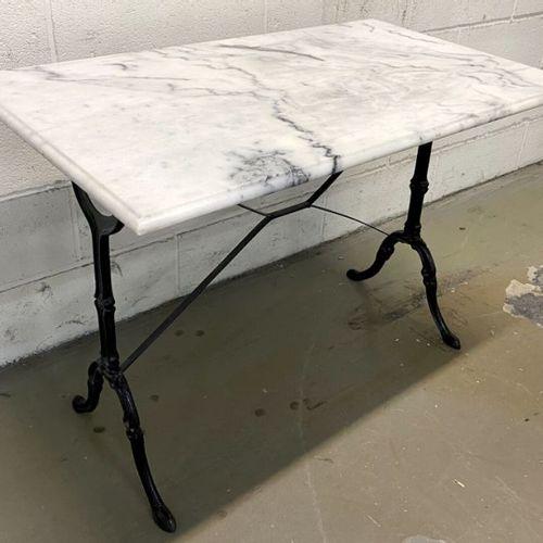 3 TABLES BISTRO PLATEAU EN MARBRE BLANC DE CARRARE ET PIETEMENTS EN ACIER ET FON…