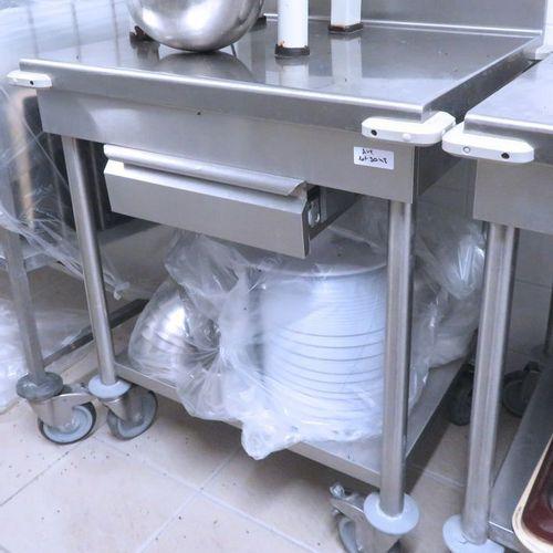 2 UNITES:TABLE DE PREPARATION RECTANGULAIRE EN INOX ALIMENTAIRE SUR ROULETTES, A…