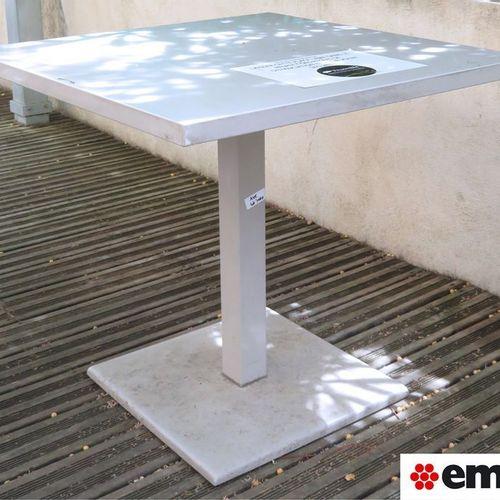 TABLE CARREE EN ACIER DE MARQUE EMU, PIETEMENT COLONNE A SECTION CARREE ET BASE …