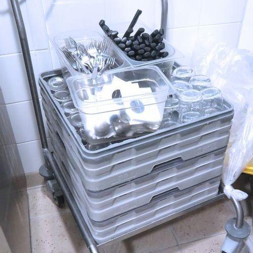 CHARIOT A PLATEAUX SUR ROULETTES EN INOX ALIMENTAIRE. 110 X 63 X 70 CM. BATIMENT…