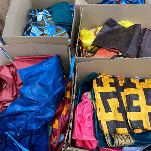 130 Articles de vêtement en bazin soit: robes, pantalons et autres. Tailles et …