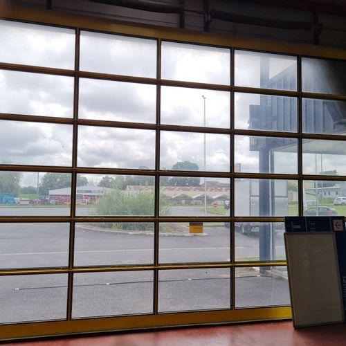 Porte sectionnelle entièrement électrique et vitrée, dim. 4 x 6 mètres. ( prévoi…