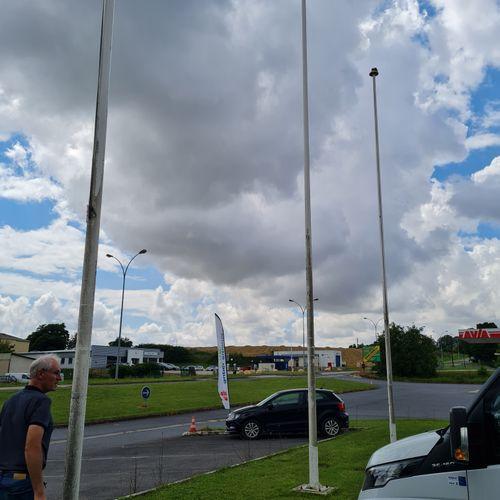Ensemble de 3 mats porte drapeaux en fibre de verre, H. 10 mètres.