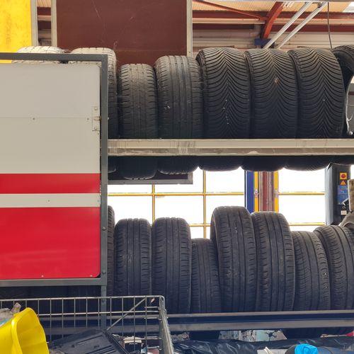 Ensemble de deux racks à pneus avec pneus neufs et d'occasions.