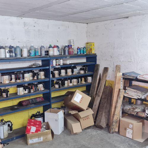 Contenu d'une pièce comprenant : pots de peinture,v balance, mélangeur, nuancier…