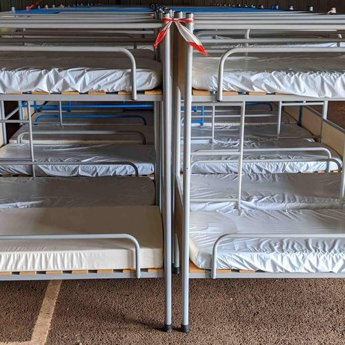16 bunk beds with mattresses measuring 127 x 65 x 139 cm. Delivery service : COM…