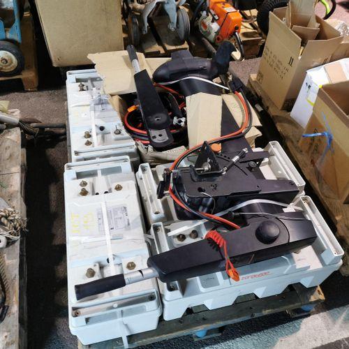 Moteur hors bord électrique avec batteries et câbles d'alimentation, à inventori…