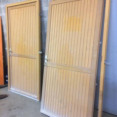 CT] Two wooden service door blocks 200 cm/ 96 cm. Service remittance : UNIVERSIT…
