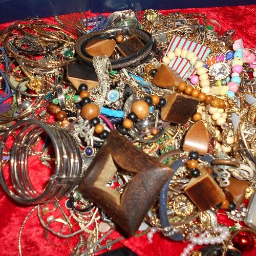 A lot of about 3 kg of costume jewellery. Collection by appointment. Wearing a m…