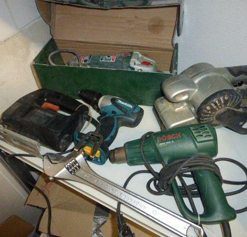 Set of tools composed of: 1 BOSCH heat gun; 1 Bosh PWS 730 115 grinder; 1 BERNER…