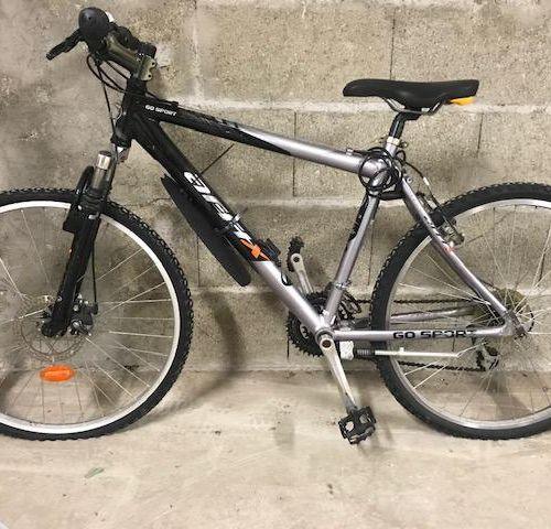 Lots de 3 vélos :       vélo type VTT couleurs gris et noir de marque …