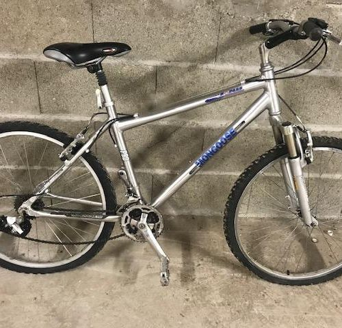 Lot de 3 vélos :  Vélo type VTT couleur gris, roulant, bon état général. Vélo …