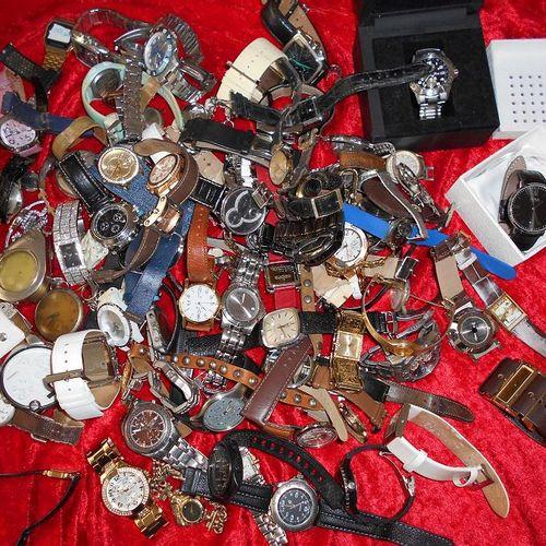 Environ 5 kg de montres fantaisies.  Visite et enlèvement uniquement sur RDV. P…