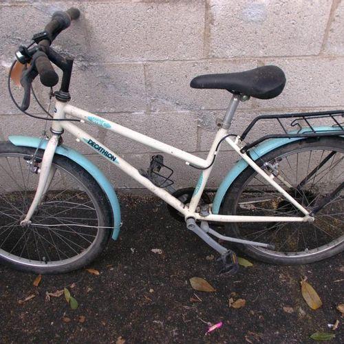 Vélo gris et rouge de marque Rockrider, freins et pneus HS. VTT Denis tour bike…