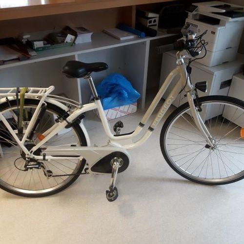 Vélo VTT électrique, marque PEUGEOT, couleur gris blanc, 7 vitesses, pas de batt…
