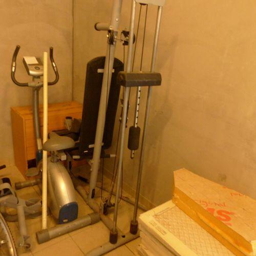 Matériel de sport : un appareil de musculation et un tapis de course NORDIC TRAC…