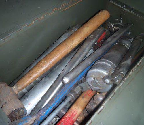 1 caisse comprenant vieil outillage : clés diverses, marteaux, tournevis, pinces…